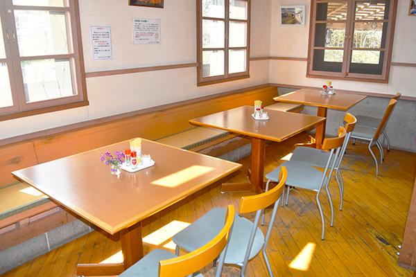 ロブフレイハウス 店内 テーブル